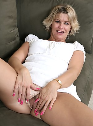 Free MILF Nails Porn Pictures